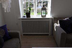 Radiatorskjuler under vindue med Jærgersborg tremmer og Gentoft ben.