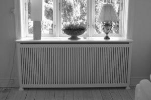 Radiatorskjuler under vindue med Skagen tremmer og Antik ben