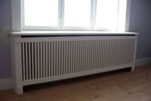 Radiatorskjuler under vindue med Skagen tremmer og Old english ben.
