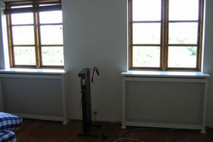 Radiatorskjuler under vindue med Stjerne mønsterplade og Antik ben