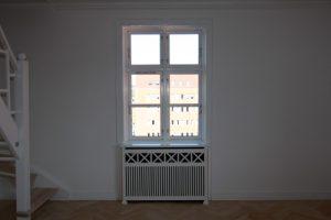 Radiatorskjuler under vindue med Tokkerup tremmer og Antik ben.