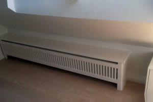 Skråvægge er udfordrende. Har man en radiator placeret, er pladsen svær at udnytte. Placer en stilren radiatorskjuler og brug den evt. til opbevaring.